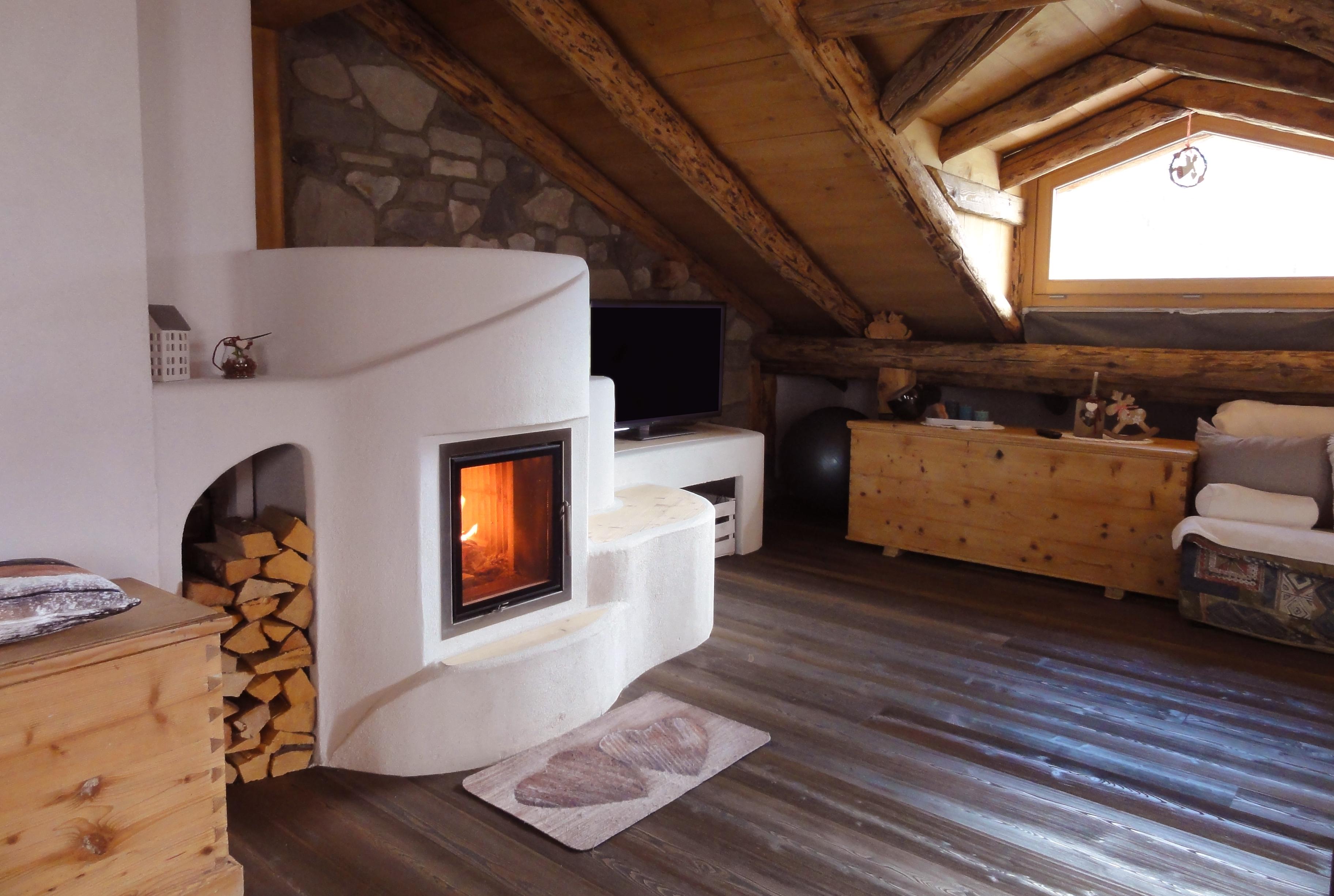 stufa a legna artistica con porta a vetro e panca in legno su misura