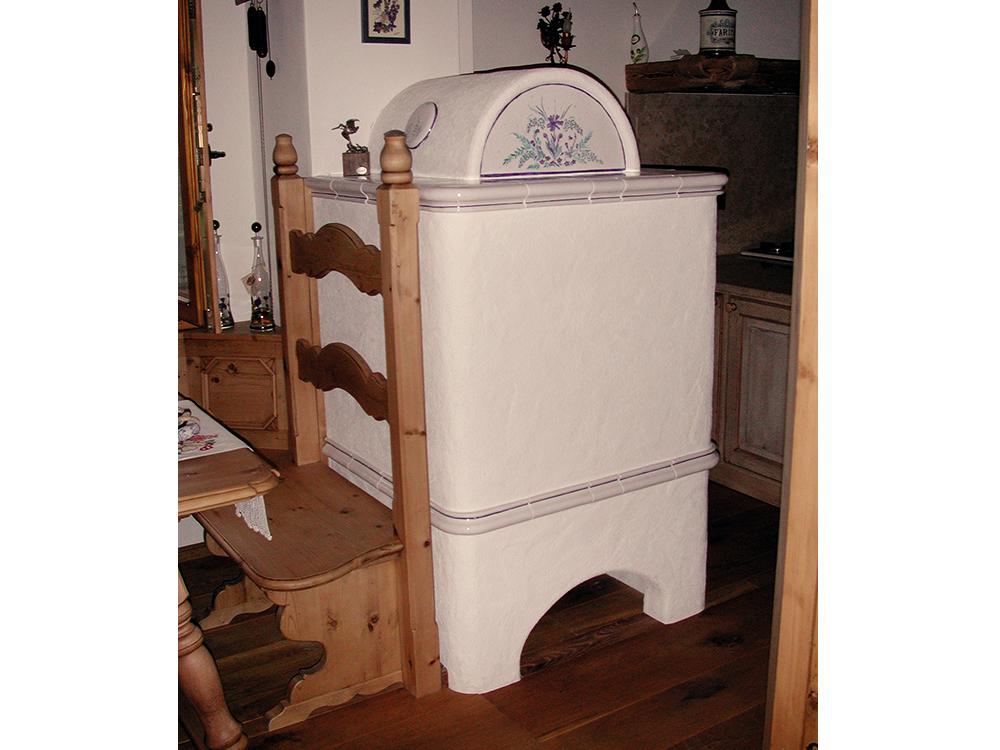 stufa a legna tradizionale con inserti in ceramica