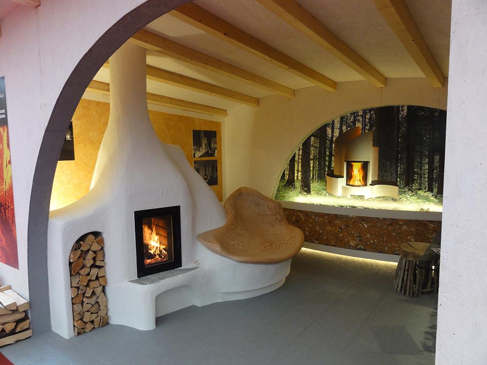 stufa a legna camera ecologica porta a vetro inserti panca con radice di larice Arredamont 2017