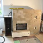 fase di costruzione stufa a legna con panca e portalegna