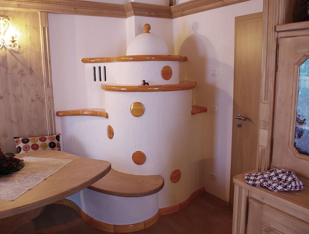 stufa a legna classica con panca e inserti in ceramica personalizzata