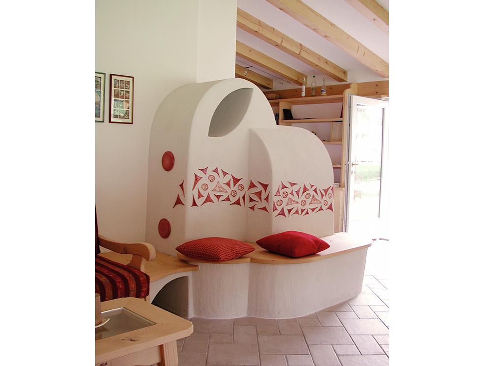 stufa a legna personalizzata con panca in legno ed inserti in ceramica personalizzati