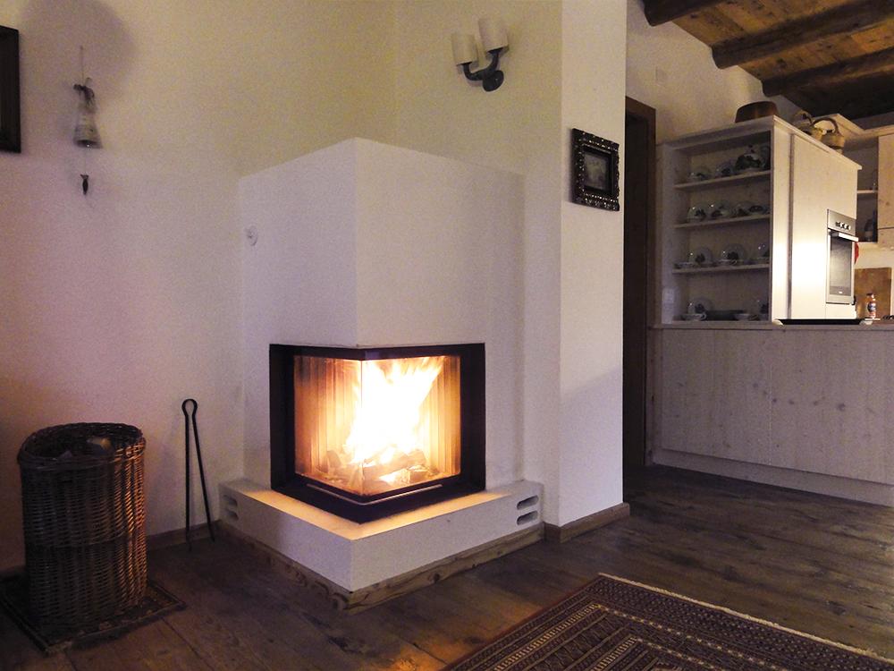 stufa a legna moderna con porta a vetro angolare sali-scendi